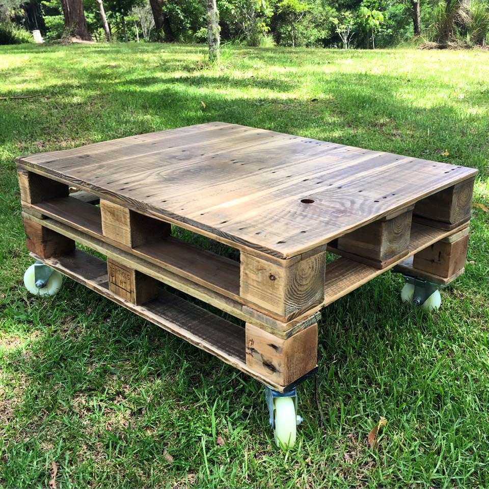 pallet-coffee-table-on-wheels