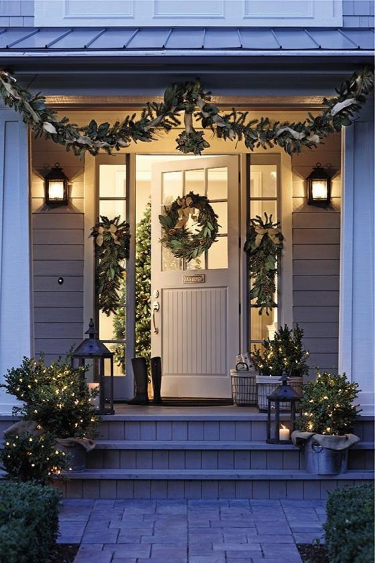 Top-Christmas-decorating-ideas_front-door-decor.jpeg & Ways to Decorate Your Porch for Christmas u2022 VeryHom